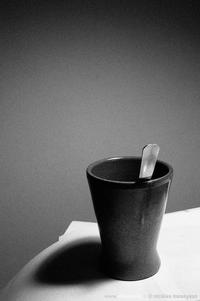 Noyer des idées vagues dans un café noir