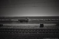 Le train qui regarde les camions qui passent