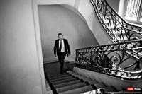 Debout dans l'escalier